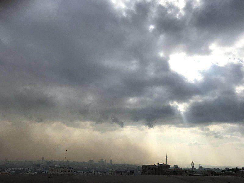 اثر وزش باد (از راست به چپ تصویر)و دور شدن آلاینده ها از شهر تهران