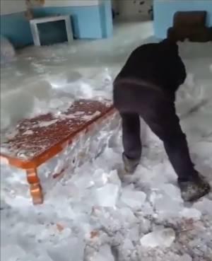 یخ شکنی در داخل خانههای استان گیلان | بارش برف