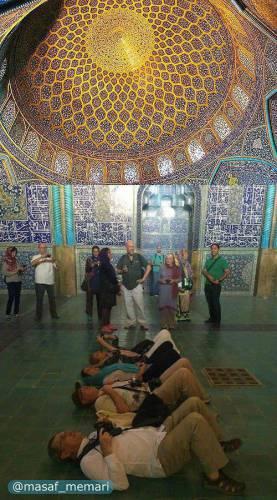 توریست ها و معماری سقف مسجد شیخ لطفالله