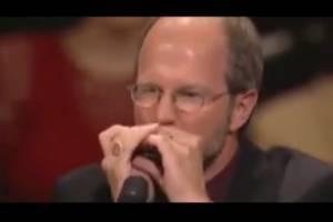 مهارت عجیب و غریب نوازندهای تنها با یک ساز دهنی کوچک