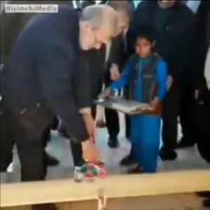 علی لاریجانی و وزیر نیرو رفتن سیستان و بلوچستان که مثلا آب لولهکشی و شرب رو افتتاح کنن، مردم اعتراض میکنن که خودت حاضری از این آب هوتک (آبی که در اثر باران در گودالهای خاکی جمع میشود) بخوری!؟